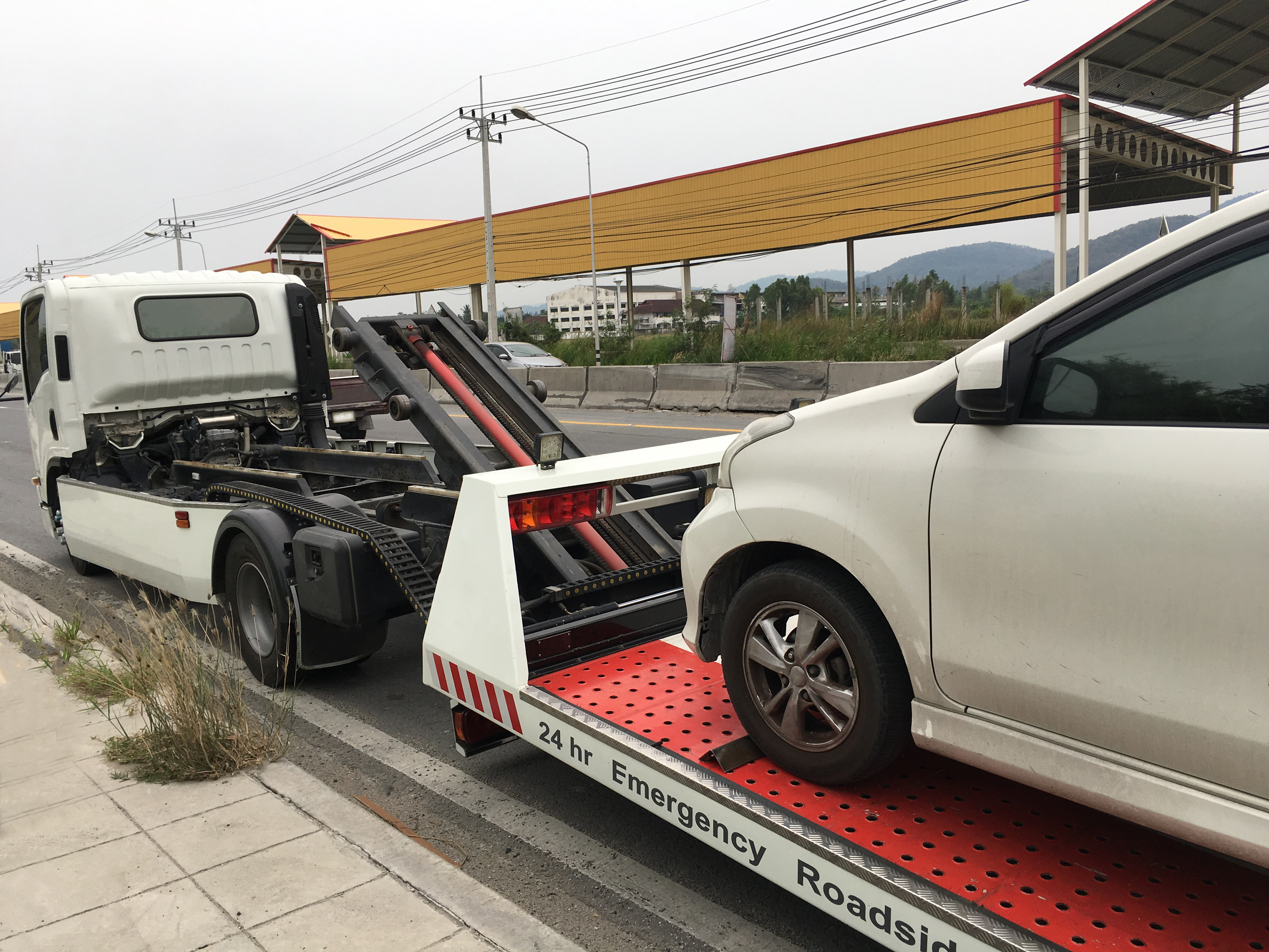 Differentiating Flatbed Towing With Dolly Truck Towing